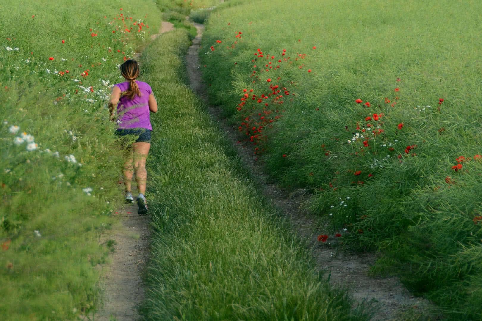Läuferin auf Feldweg